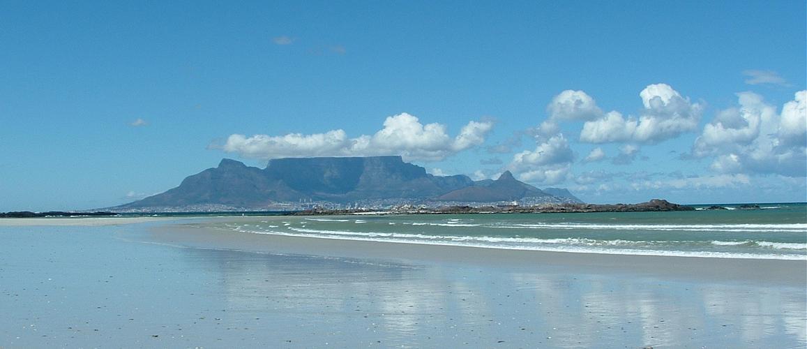 Der Tafelberg ist das Wahrzeichen von Kapstadt und auf Tagestouren von Kapstadt aus immer zu sehen.